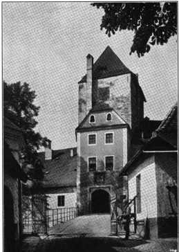 Fig. 340. Oberhaus. Torbau. (416)